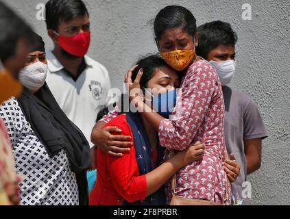 Una donna è consolata dopo che suo marito è morto a causa della malattia del coronavirus (COVID-19) fuori di un mortuario di un ospedale COVID-19 a Ahmedabad, India, 15 aprile 2021. REUTERS/Amit Dave