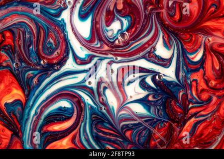 Arte fluida, vernice liquida blu e rossa, sfondo moderno astratto con bolle, struttura dell'inchiostro, modello di curva surreale, disegno di lavaggio con sbavature. Colore verniciato