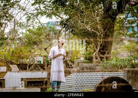 Barisal Sadar Upazila, Bangladesh. 15 Aprile 2021. Le persone si riuniscono nel cimitero musulmano dopo il Jumma per pregare i loro parenti a Barishal, in Bangladesh. (Foto di Mustasinur Rahman Alvi/Pacific Press) Credit: Pacific Press Media Production Corp./Alamy Live News