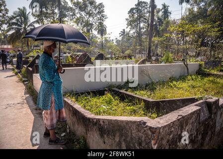 Barisal Sadar Upazila, Bangladesh. 15 Aprile 2021. La gente si raduna nel cimitero musulmano per dire la preghiera per i loro parenti a Barishal in Bangladesh. (Foto di Mustasinur Rahman Alvi/Pacific Press) Credit: Pacific Press Media Production Corp./Alamy Live News