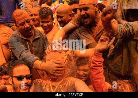 Bhaktapur, Nepal. 15 Aprile 2021. I devoti giocano con polvere di vermiglio mentre celebrano il festival della polvere di vermillion di Jatra. I rivelatori portarono carri degli dei e delle dea indù e si gettarono vermilioni di polvere l'uno sull'altro come parte delle celebrazioni che iniziarono il nuovo anno nepalese. Credit: SOPA Images Limited/Alamy Live News