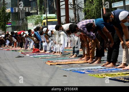 I musulmani prendono parte alla preghiera del venerdì come parte del mese santo di digiuno del Ramadan sulla strada davanti ad una moschea in mezzo alla malattia del coronavirus (COVID-19) pandemia, a Dhaka, Bangladesh, 16 aprile 2021. REUTERS/Mohammad Ponir Hossain