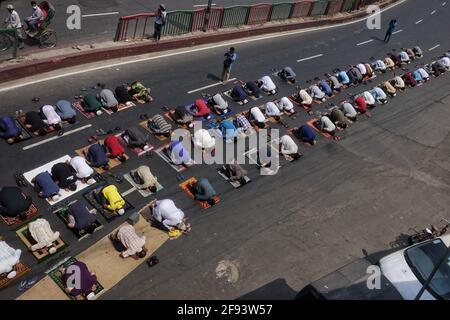 Dhaka, Bangladesh. 16 Apr 2021. Centinaia di adoratori hanno eseguito la prima preghiera Jumma in strada durante una settimana di blocco strick. (Foto di MD Saiful Amin/Pacific Press) Credit: Pacific Press Media Production Corp./Alamy Live News