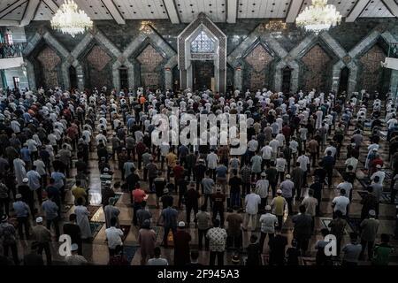Makassar, Sulawesi del Sud, Indonesia. 16 Apr 2021. Migliaia di musulmani nella città di Makassar suonano le preghiere del venerdì nella congregazione alla Moschea al Markaz al Islami. Le preghiere alla moschea nel mese di Ramadan sono effettuate con protocolli di salute, indossando maschere, e mantenendo la distanza. Credit: Herwin Bahar/ZUMA Wire/Alamy Live News
