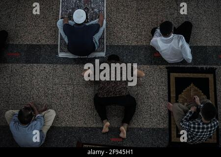 Makassar, Sulawesi del Sud, Indonesia. 16 Apr 2021. I musulmani della città di Makassar fanno le preghiere del venerdì nella congregazione alla moschea al Markaz al Islami. Le preghiere alla moschea nel mese di Ramadan sono effettuate con protocolli di salute, indossando maschere, e mantenendo la distanza. Credit: Herwin Bahar/ZUMA Wire/Alamy Live News