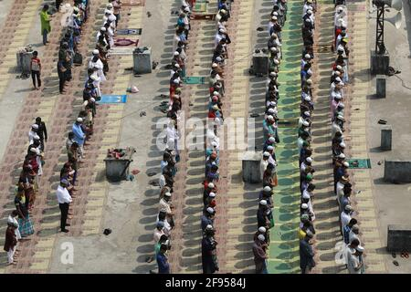 Dhaka, Bangladesh. 16 Apr 2021. La gente esegue la preghiera del venerdì durante il mese santo dei musulmani Ramadan, a Dhaka, Bangladesh, 16 aprile 2021. Il Bangladesh implementa una restrizione sociale su larga scala che include un protocollo rigoroso per tenere la preghiera comune come indossare la maschera facciale, fornendo disinfettante, distanza fisica per prevenire la diffusione di COVID-19. Foto di Kanti Das Suvra/ABACAPRESS.COM Credit: Abaca Press/Alamy Live News