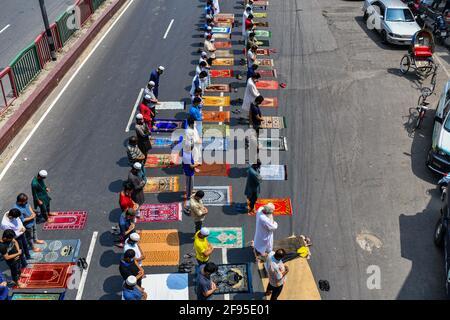 Dhaka, Bangladesh. 16 Apr 2021. I Musulmani eseguono la preghiera Jumma per strada senza mantenere alcuna distanza sociale il primo venerdì del mese santo del Ramadan, mentre le autorità del Bangladesh hanno imposto una stretta chiusura per combattere la diffusione del Covid-19 coronavirus Credit: SOPA Images Limited/Alamy Live News