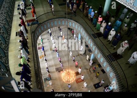 Dhaka, Bangladesh. 16 aprile 2021: I devoti musulmani si riuniscono mentre mantengono i protocolli di distanza sociale mentre offrono le loro preghiere il primo venerdì del mese santo di Ramadan come un blocco è in effetti per frenare la diffusione delle infezioni di Coronavirus Covid-19 a Dhaka, Bangladesh, il 16 aprile 2021. Credit: Mamunur Rashid/Alamy Live News