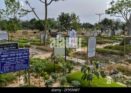 Dhaka, Bangladesh. 16 Apr 2021. Un uomo visto al cimitero di Bayer Bazar a Dhaka, (Foto di Zabed Hasnain Chowdhury/SOPA Images/Sipa USA) Credit: Sipa US/Alamy Live News