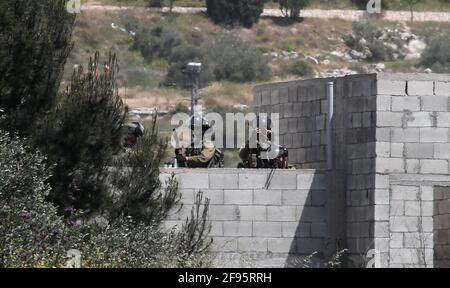 Nablus. 16 Apr 2021. I soldati israeliani detengono le armi durante gli scontri con i manifestanti palestinesi dopo una protesta contro l'espansione degli insediamenti ebraici nel villaggio di Kufr Qadoom, vicino alla città di Nablus, in Cisgiordania, il 16 aprile 2021. Credit: Nidal Eshtayeh/Xinhua/Alamy Live News