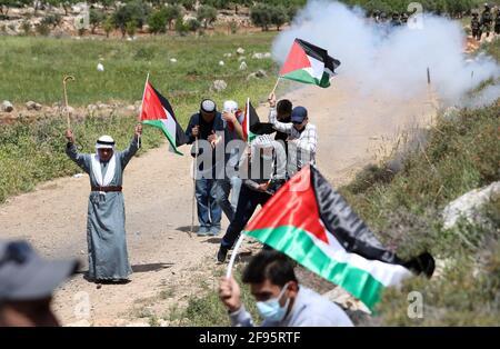 Nablus, Mideast. 16 Apr 2021. I manifestanti palestinesi prendono parte a una protesta contro l'espansione degli insediamenti ebraici nel villaggio di Beit Dajan, a est di Nablus, in Cisgiordania, il 16 aprile 2021. Credit: Aiyman Nobani/Xinhua/Alamy Live News