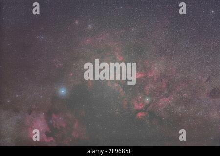 La regione intorno alle stelle Deneb e Sadr nella costellazione Swan con la Nebula nordamericana e altre regioni di forte nebulosa.