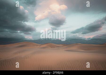 La sabbia si sposta e si innalza in dune a Mesquite Flats nella Death Valley, California.