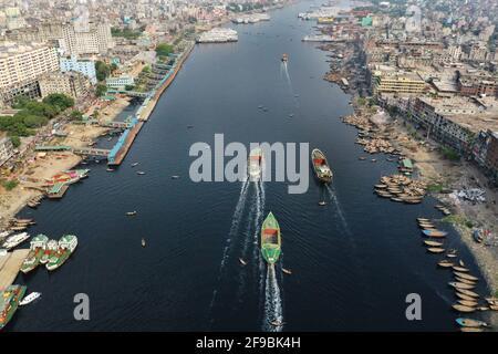 Dhaka, Bangladesh - 16 aprile 2021: Una vista dall'alto del fiume Buriganga. L'acqua del fiume Buriganga è diventata nera a causa di una grande quantità di intossidimento