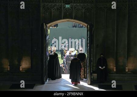 I portatori di Pall che portano la bara del duca di Edimburgo nella Cappella di San Giorgio, Castello di Windsor, Berkshire. Data immagine: Sabato 17 aprile 2021. Foto Stock
