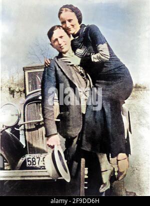 1934 , Arkansas , USA : i famosi gangsterns BONNIE PARKER ( 1910 - 1934 ) e CLYDE BARROW ( 1909 - 1934 ). Contrariamente alla credenza popolare, i due non si sposarono mai. Erano in un rapporto di lunga data. In posa davanti a una Ford V8 1932. Si sono ripresi da Bonnie e Clyde dopo la loro morte il 23 maggio 1934 . Fotografo sconosciuto . COLORIZZATO DIGITALMENTE . - FUORILEGGE - KILLER - ASSASSINO - delinquente - criminalità organizata - GANGSTERN - Bos - CRONACA nera - Criminale - auto - automobile - cappello - cappello --- Archivio GBB