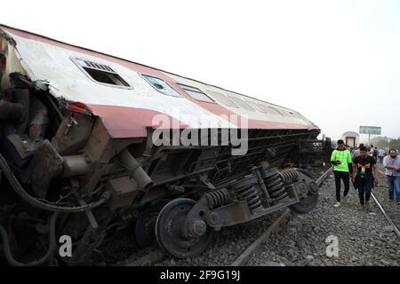 Toukh, Egitto. 18 Apr 2021. Foto scattata il 18 aprile 2021 mostra la scena di un deragliamento ferroviario nella città di Toukh, Egitto. Almeno 97 persone sono state ferite in un deragliamento ferroviario la domenica nella città del Delta di Toukh, a nord della capitale egiziana il Cairo, ha detto il Ministero della Salute egiziano. Credit: Ahmed Gomaa/Xinhua/Alamy Live News