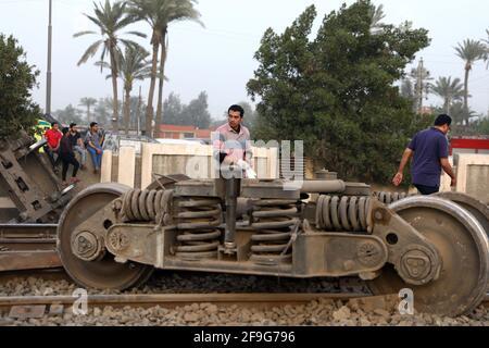 Toukh, Egitto. 18 Apr 2021. Foto scattata il 18 aprile 2021 mostra la scena di un deragliamento ferroviario nella città del Delta di Toukh, Egitto. Almeno 97 persone sono state ferite in un deragliamento ferroviario la domenica nella città del Delta di Toukh, a nord della capitale egiziana il Cairo, ha detto il Ministero della Salute egiziano. Credit: Ahmed Gomaa/Xinhua/Alamy Live News
