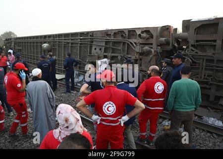 Toukh, Egitto. 18 Apr 2021. I soccorritori lavorano sul sito di un deragliamento ferroviario nella città Delta di Toukh, Egitto, il 18 aprile 2021. Almeno 97 persone sono state ferite in un deragliamento ferroviario la domenica nella città del Delta di Toukh, a nord della capitale egiziana il Cairo, ha detto il Ministero della Salute egiziano. Credit: Ahmed Gomaa/Xinhua/Alamy Live News