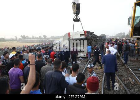 Toukh, Egitto. 18 Apr 2021. Le persone si riuniscono sul sito di un deragliamento ferroviario nella città Delta di Toukh, Egitto, il 18 aprile 2021. Almeno 97 persone sono state ferite in un deragliamento ferroviario la domenica nella città del Delta di Toukh, a nord della capitale egiziana il Cairo, ha detto il Ministero della Salute egiziano. Credit: Ahmed Gomaa/Xinhua/Alamy Live News