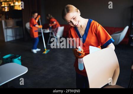 Tre donne che fanno la pulizia in un caffè