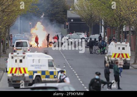Un incendio sulla Shankill Road a Belfast durante ulteriori disordini. Data immagine: MondayApril 19, 2021.