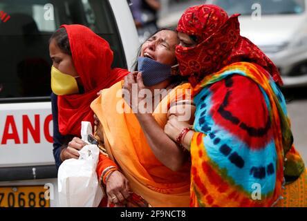 Una donna è consolata dopo che suo marito è morto a causa della malattia del coronavirus (COVID-19) fuori di un mortuario di un ospedale COVID-19 a Ahmedabad, India, 20 aprile 2021. REUTERS/Amit Dave