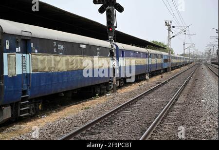 Allahabad, Uttar Pradesh, India. 20 Apr 2021. Prayagraj: Pullman di isolamento parcheggiati presso la stazione di Subedar a Prayagraj martedì 20 aprile 2021. Credit: Prabhat Kumar Verma/ZUMA Wire/Alamy Live News