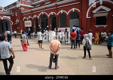 Allahabad, India. 20 Apr 2021. Operatori sanitari che prelevano campioni di tampone in un centro di raccolta a Prayagraj. (Foto di Prabhat Kumar Verma/Pacific Press) Credit: Pacific Press Media Production Corp./Alamy Live News