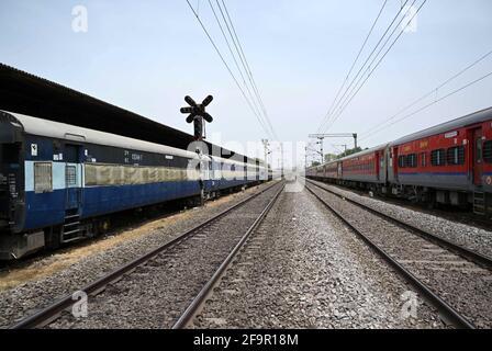 Allahabad, India. 20 Apr 2021. Pullman di isolamento parcheggiati alla stazione di Subedar a Prayagraj. (Foto di Prabhat Kumar Verma/Pacific Press) Credit: Pacific Press Media Production Corp./Alamy Live News