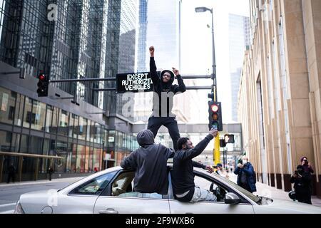 Washington, Minnesota, Stati Uniti. 20 Apr 2021. La gente celebra fuori del centro di governo della contea di Hennepin reagendo al verdetto che l'ex agente di polizia di Minneapolis Derek Chauvin è stato trovato colpevole su tutti i conti a Minneapolis, Minnesota, 20 aprile 2021. L'ex poliziotto di Minneapolis Derek Chauvin è stato giudicato colpevole di due omicidi e di un massacro sulla morte di George Floyd, il giudice che presiede il processo di alto profilo annunciato martedì, leggendo il verdetto della giuria. Credit: Ben Brewer/Xinhua/Alamy Live News