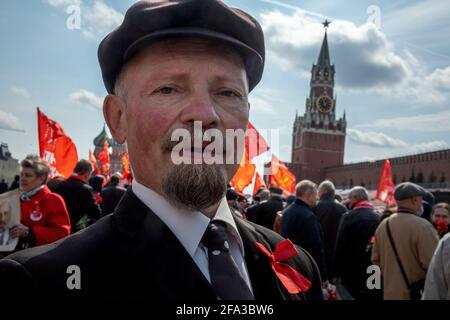 Mosca, Russia. 22 aprile 2021 UN uomo, che impersona il fondatore sovietico Vladimir Lenin, e altri sostenitori del partito comunista camminano per visitare il Mausoleo del fondatore sovietico Vladimir Lenin per celebrare il 151 ° anniversario della sua nascita, in Piazza Rossa nel centro di Mosca, Russia