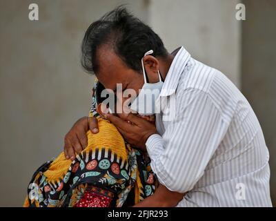 Una donna è consolata dal suo parente dopo che suo marito è morto dalla malattia del coronavirus (COVID-19) fuori di un ospedale COVID-19 in Ahmedabad, India, 26 aprile 2021. REUTERS/Amit Dave