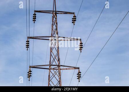 linee elettriche ad alta tensione. stazione di distribuzione elettrica. torre di trasmissione elettrica ad alta tensione. Foto Stock