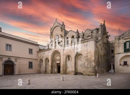 Matera, Basilicata, Puglia, Italia - la Parrocchia romanica di San Giovanni Battista (chiesa) al tramonto. San Giovanni Battista. Foto Stock
