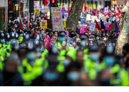 """HA INCONTRATO la marcia della polizia insieme ai dimostranti durante una dimostrazione """"Kill the Bill"""" fuori dall'ufficio domestico nel centro di Londra sabato 1 maggio 2021. (Foto/ Vudi Xhymshiti)"""