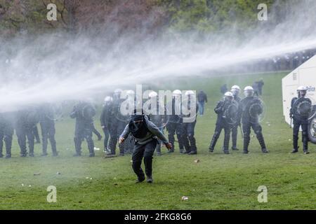 Bruxelles, Belgio. 1 maggio 2021. Protesta contro le misure sanitarie e le parti selvagge per il primo di maggio chiamato ''la Boum 2'' un mese dopo ''la Boum 1''' a Bruxelles, la distanza sociale è stata raramente rispettata e l'uso di maschere anche, un sacco di tensione e violenza tra polizia e dimostranti. (Immagine di credito: © Arnaud Brian via cavo)