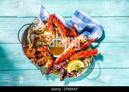 Assortimento barbecue vari piatti mediterranei alla griglia - pesce, polpo, gamberi, granchio, frutti di mare, cozze, dieta estiva festa barbecue, con kebab, salse,