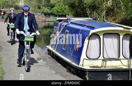 Il primo ministro britannico Boris Johnson, a destra, e sindaco per le West Midlands Andy Street cavalcano le biciclette durante una visita elettorale locale del partito conservatore, a Stourbridge, in Gran Bretagna, il 5 maggio 2021. Rui Vieira/Pool via REUTERS