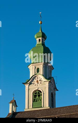 Sopra il campanile della parrocchiale di San Giovanni Battista a Dobbiaco (Dobbiaco), Val Pusteria, Trentino-Alto Adige, Italia Foto Stock