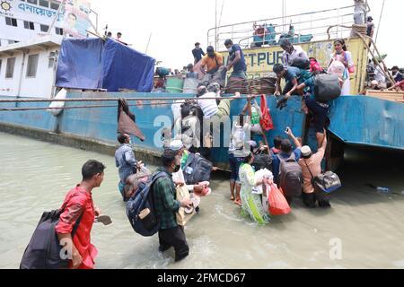 Dhaka, Dhaka, Bangladesh. 8 maggio 2021. Maggio, 08, 2021 persone lasciano la capitale alle loro case, come le autorità del Bangladesh impone blocco in mezzo al Covid-19 coronavirus diffuso a Dhaka, Bangladesh Credit: Harun-or-Rashid/ZUMA Wire/Alamy Live News