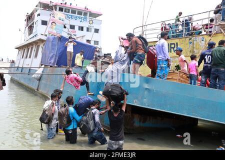 Dhaka, Bangladesh. 8 maggio 2021. Un uomo cade dalla barca mentre la gente lascia la capitale alle loro case mentre le autorità del Bangladesh impongono il blocco in mezzo all'epidemia di coronavirus del Covid-19. Credit: Harun-or-Rashid/ZUMA Wire/Alamy Live News