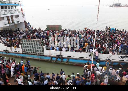 Munshiganj. 8 maggio 2021. La gente prova a bordo di un traghetto per andare a casa per il festival Eid al-Fitr a Munshiganj, alla periferia di Dhaka, Bangladesh, l'8 maggio 2021. La corsa MAD dei capricci di Eid-home ha prevalso ora dalle città e dalle città del Bangladesh prima del festival musulmano Eid al-Fitr, malgrado il fatto che il governo ha chiesto a tutti di rimanere nelle loro attuali posizioni per limitare la diffusione del COVID-19. Credit: Xinhua/Alamy Live News