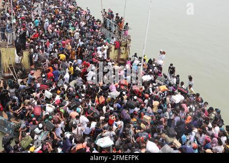 Munshiganj. 8 maggio 2021. La gente scherza a bordo di un traghetto per tornare a casa per il festival Eid al-Fitr a Munshiganj, alla periferia di Dhaka, Bangladesh, l'8 maggio 2021. La corsa MAD dei capricci di Eid-home ha prevalso ora dalle città e dalle città del Bangladesh prima del festival musulmano Eid al-Fitr, malgrado il fatto che il governo ha chiesto a tutti di rimanere nelle loro attuali posizioni per limitare la diffusione del COVID-19. Credit: Xinhua/Alamy Live News