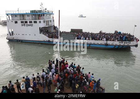 Munshiganj. 8 maggio 2021. L'8 maggio 2021 un traghetto con i passeggeri a casa lascia un terminal di traghetti a Munshiganj, alla periferia di Dhaka, Bangladesh. La corsa MAD dei capricci di Eid-home ha prevalso ora dalle città e dalle città del Bangladesh prima del festival musulmano Eid al-Fitr, malgrado il fatto che il governo ha chiesto a tutti di rimanere nelle loro attuali posizioni per limitare la diffusione del COVID-19. Credit: Xinhua/Alamy Live News