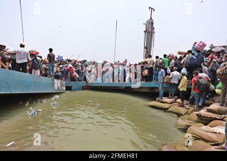 Dhaka, Bangladesh. 8 maggio 2021. La gente lascia la capitale alle loro case mentre le autorità del Bangladesh impongono il blocco in mezzo al Coronavirus Covid-19 diffuso a Dhaka, Bangladesh Credit: Harun-or-Rashid/ZUMA Wire/Alamy Live News