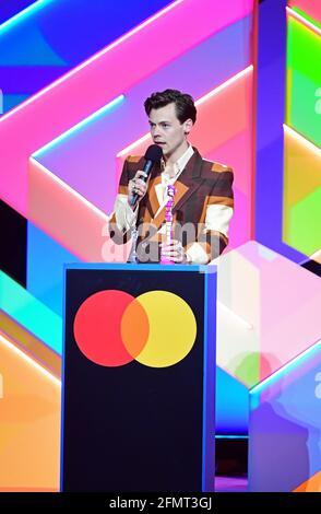 Harry Styles accetta il premio per British Single durante i Brit Awards 2021 all'O2 Arena di Londra. Data immagine: Martedì 11 maggio 2021.