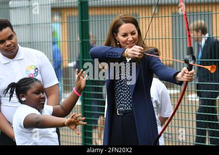 La Duchessa di Cambridge durante una sessione di tiro con l'arco durante una visita alla Way Youth zone di Wolverhampton, West Midlands. Data immagine: Giovedì 13 maggio 2021.