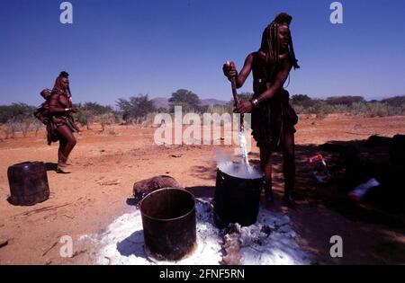 Donne del popolo Himba al Kunene, il fiume di confine con l'Angola. [traduzione automatizzata]