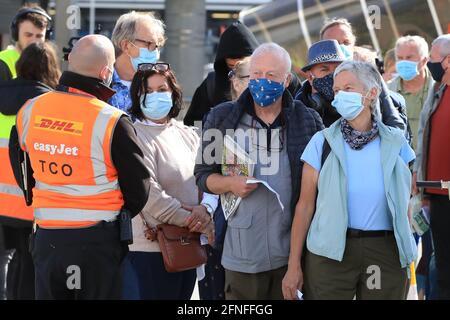I passeggeri si preparano a salire a bordo di un volo easyJet per Faro, Portogallo, all'aeroporto di Gatwick, nel Sussex occidentale, dopo che il divieto di viaggiare per turismo internazionale per le persone in Inghilterra è stato revocato in seguito all'ulteriore allentamento delle restrizioni di blocco. Data immagine: Lunedì 17 maggio 2021.